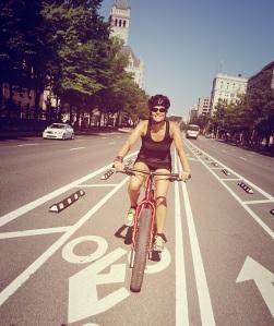 EX: Lise fait du bicik QUELQUE PART!
